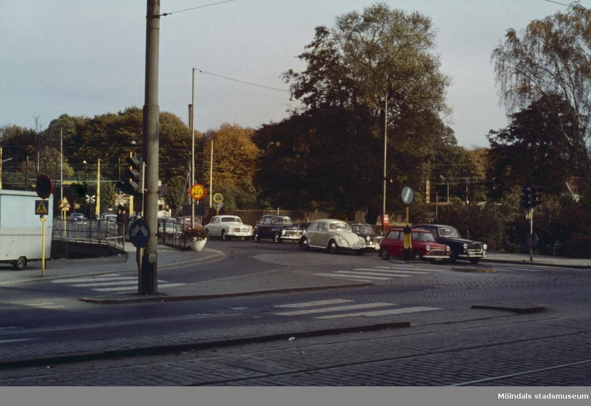 Vy från Göteborgsvägen mot gamla Mölndals Bro i Mölndal, 1960-tal.