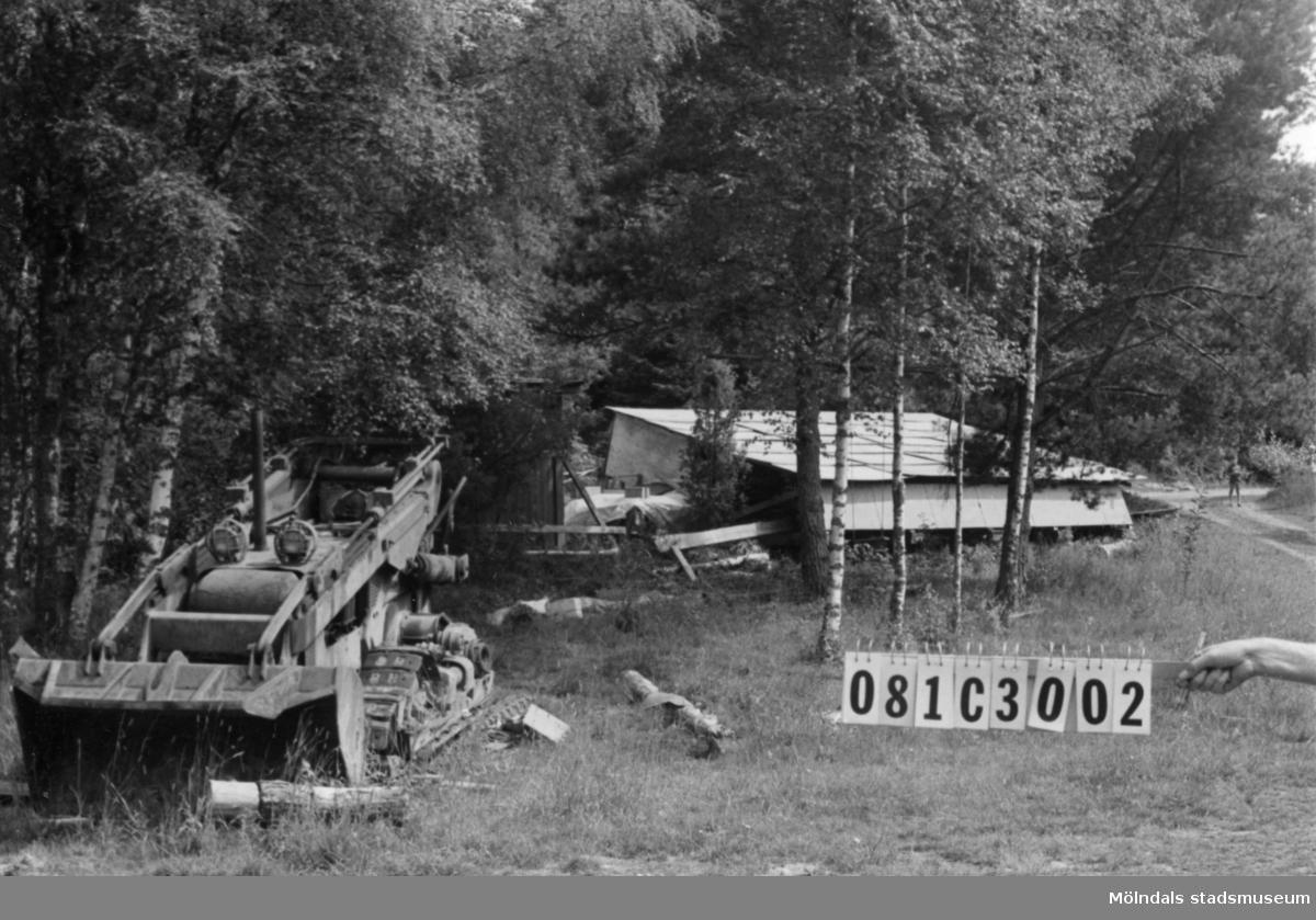 Byggnadsinventering i Lindome 1968. Holmen (1:3). Hus nr: 081C3002. (Ligger på 1:3) Övrigt: skjul, virke, truck. Verkligt miljöförstörande. Tillfartsväg: framkomlig.