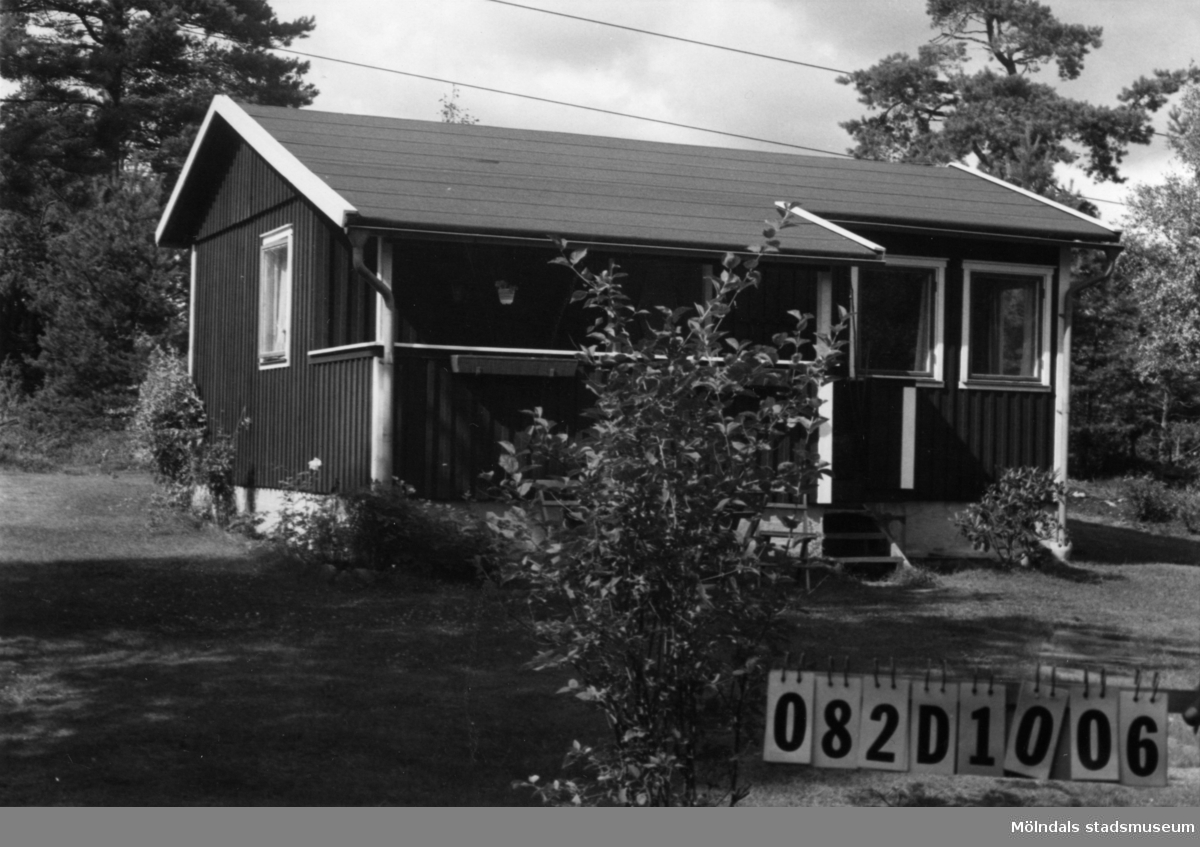 Byggnadsinventering i Lindome 1968. Knipered 3:9. Hus nr: 082D1006. Benämning:  fritidshus, gäststuga och redskapsbod. Kvalitet: god. Material: trä. Tillfartsväg: framkomlig.
