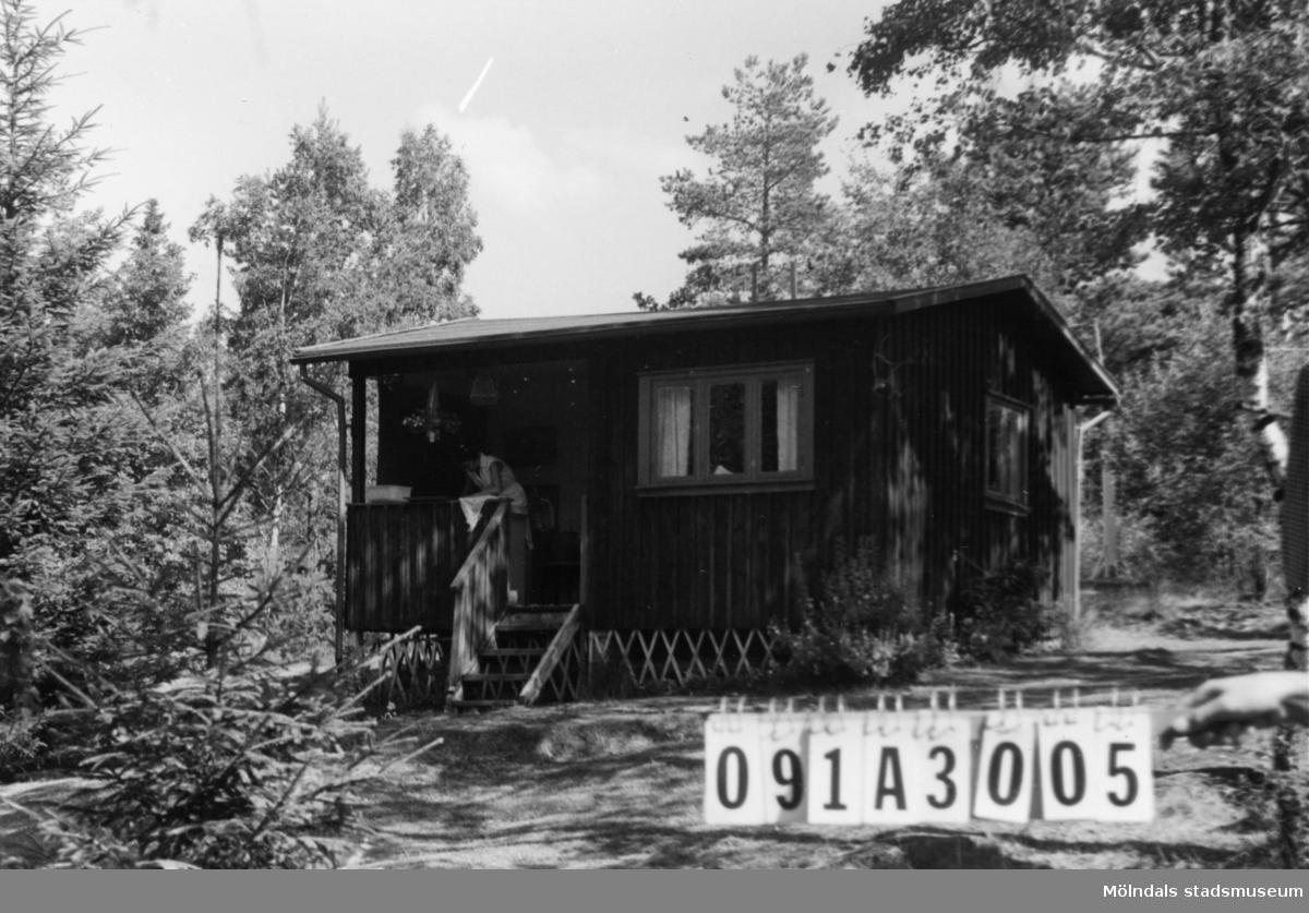 Byggnadsinventering i Lindome 1968. Hällesåker 5:10. Hus nr: 091A3005. Benämning: fritidshus och redskapsbod. Kvalitet: god. Material: trä. Tillfartsväg: framkomlig. Renhållning: soptömning.