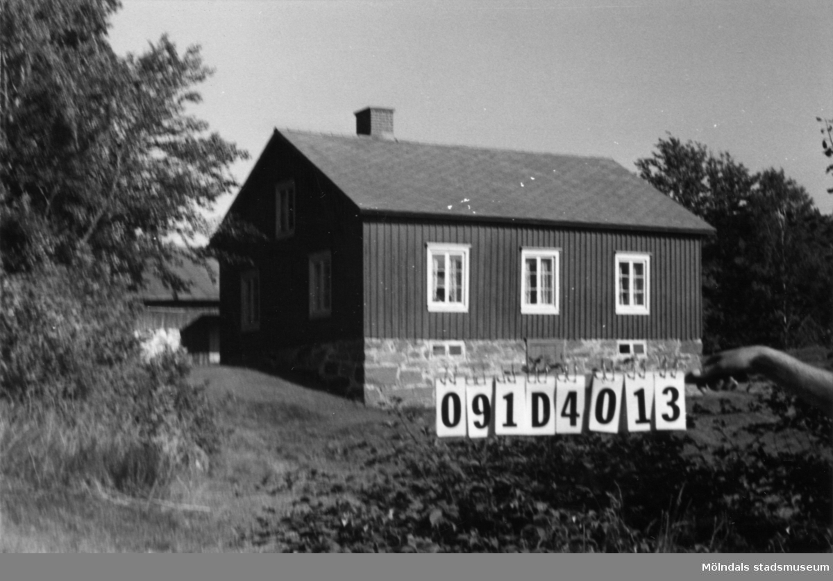 Byggnadsinventering i Lindome 1968. Roggelid 1:7. Hus nr: 091D4013. Benämning: permanent bostad och ladugård. Kvalitet, bostadshus: god. Kvalitet, ladugård: dålig. Material: trä Tillfartsväg: framkomlig.