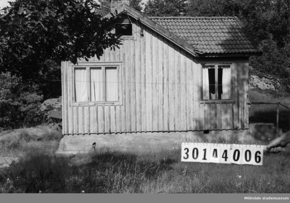 Byggnadsinventering i Lindome 1968. Skåregärde (1:9). Hus nr: 301A4006. Benämning: fritidshus och redskapsbod. Kvalitet, fritidshus: mindre god. Kvalitet, redskapsbod: dålig. Material: trä. Övrigt: syns i sin fulhet vida omkring. Tillfartsväg: ej framkomlig.