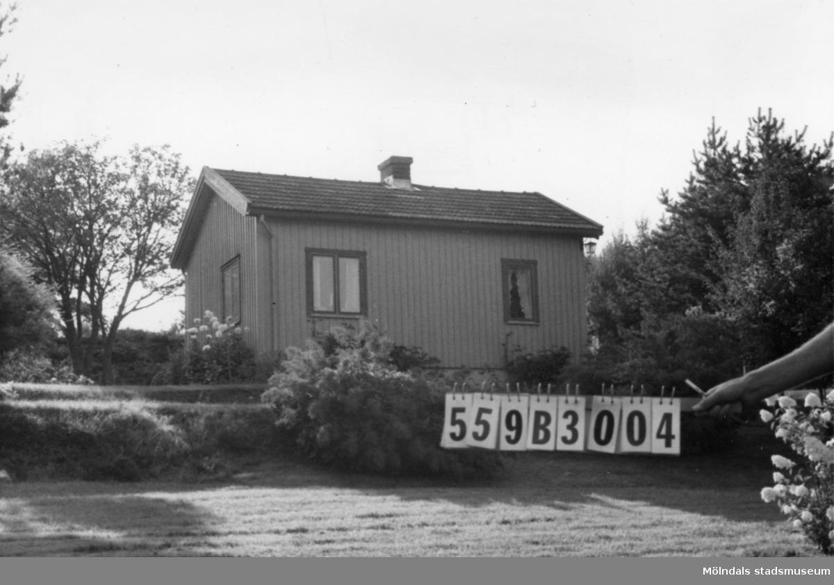 Byggnadsinventering i Lindome 1968. Torkelsbohög 1:18. Hus nr: 559B3004. Benämning: fritidshus och redskapsbod. Kvalitet: god. Material: trä. Tillfartsväg: framkomlig.
