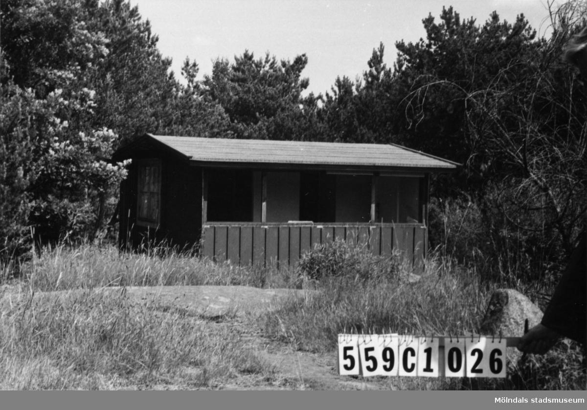 Byggnadsinventering i Lindome 1968. Gastorp 7:1. Hus nr: 559C4026. Benämning: fritidshus och två redskapsbodar. Kvalitet: mindre god. Material: trä. Övrigt: två av skjulen på kartan rivna och tomt iordninggjord för bygge. Tillfartsväg: framkomlig.