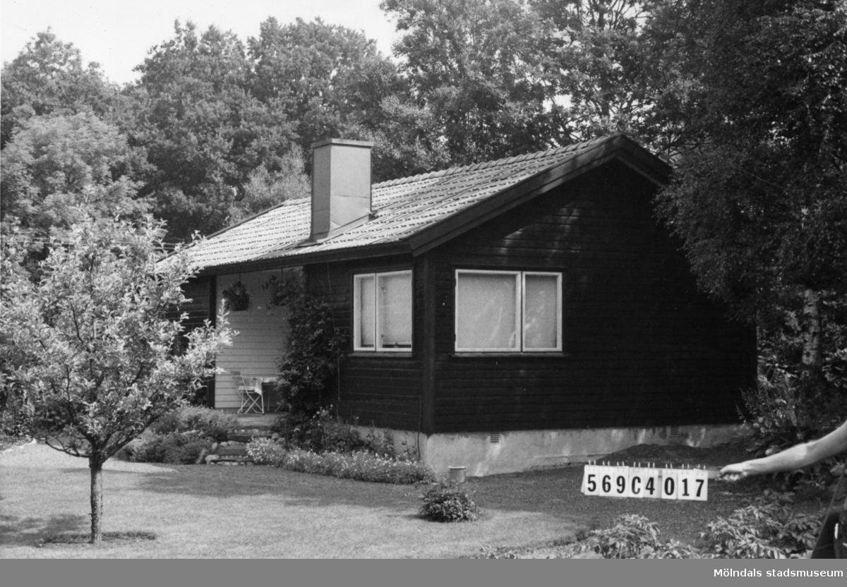 Byggnadsinventering i Lindome 1968. Berget 1:55. Hus nr: 569C4017. Benämning: fritidshus. Kvalitet: mycket god. Material: trä. Övrigt: mycket fin tomt. Tillfartsväg: framkomlig. Renhållning: soptömning.