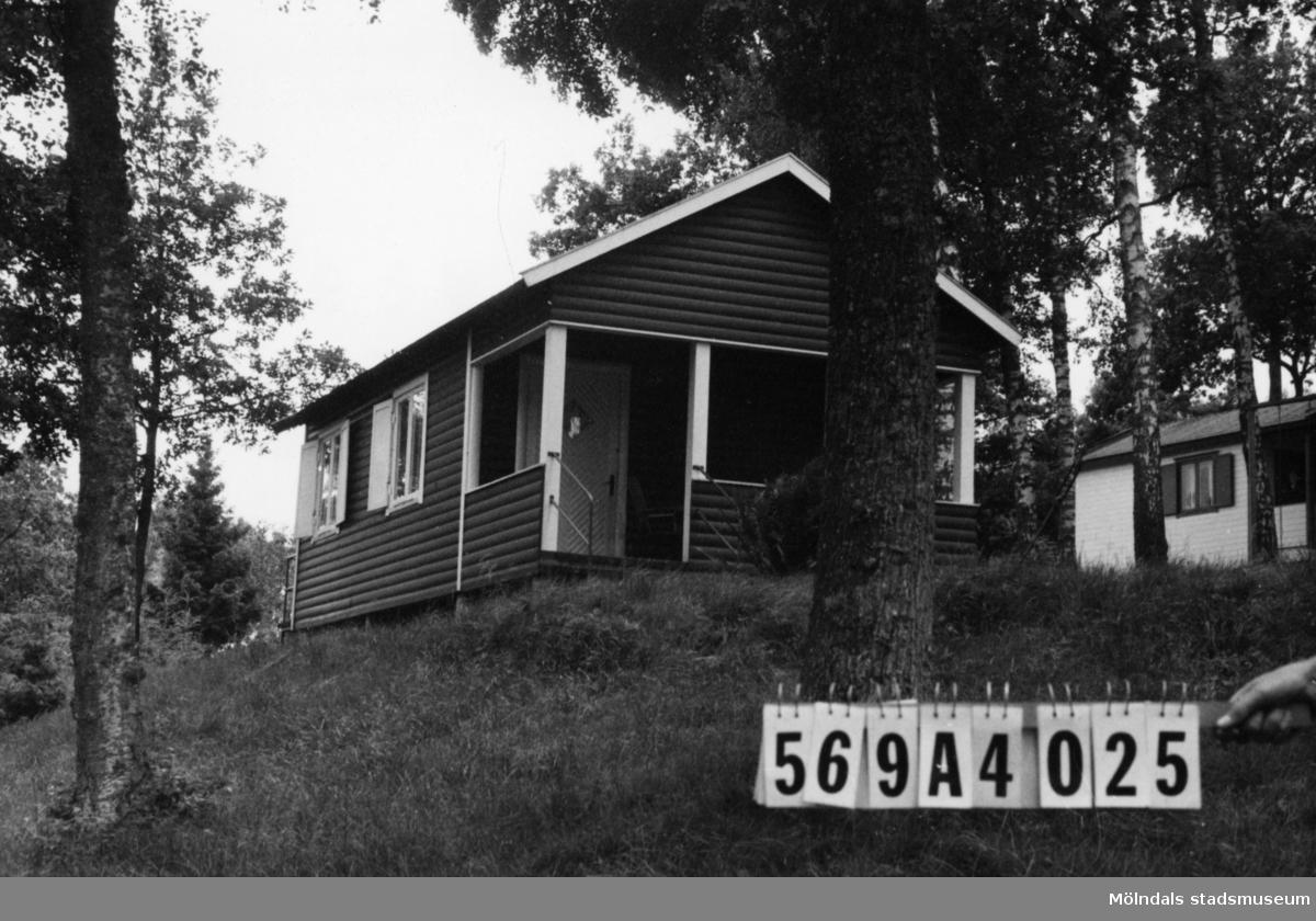 Byggnadsinventering i Lindome 1968. Skäggered 5:1. Hus nr: 569A4025. Stiftelse. Benämning: fritidshus. Kvalitet: god. Material: trä. Tillfartsväg: framkomlig. Renhållning: soptömning.