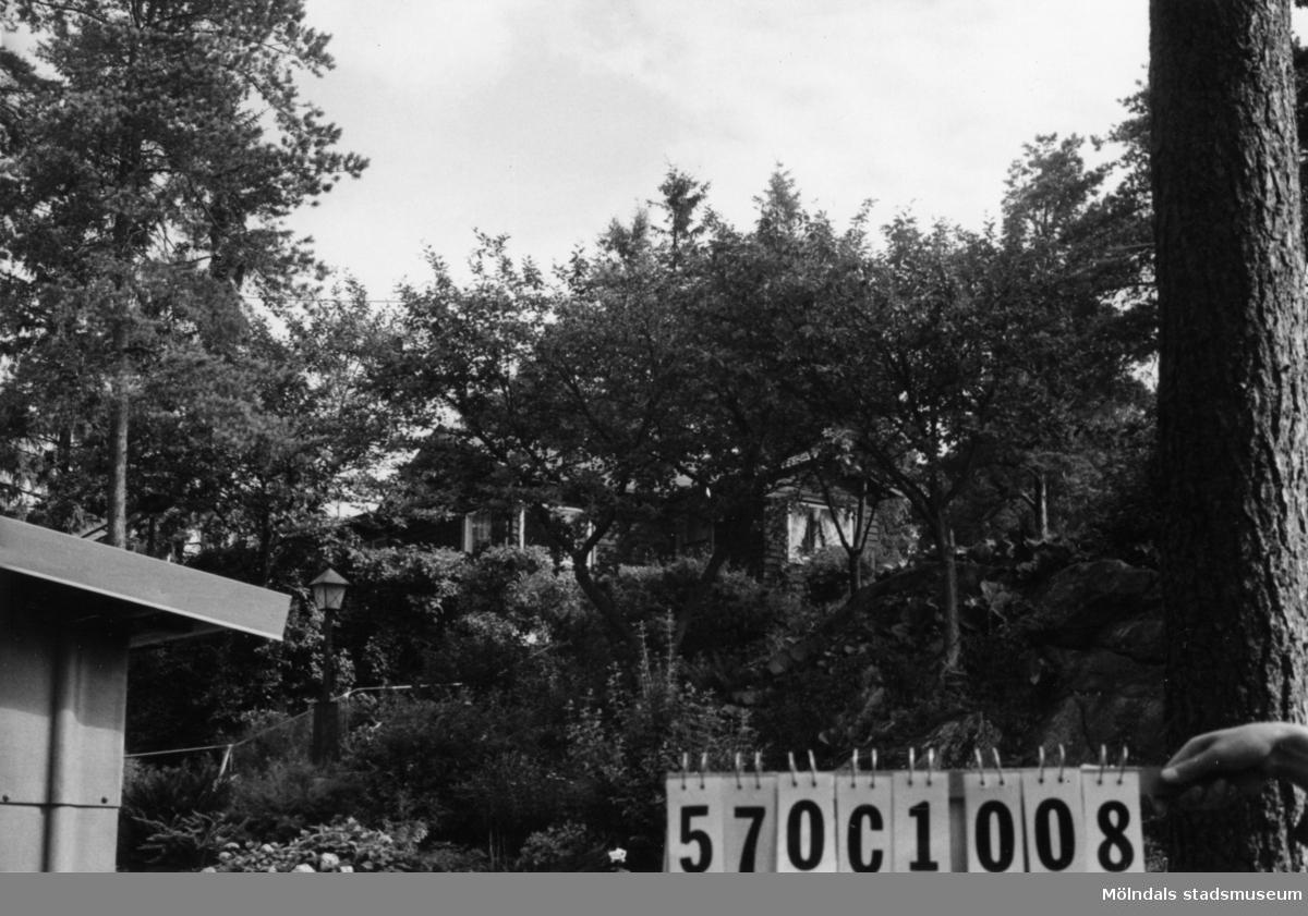 Byggnadsinventering i Lindome 1968. Annestorp 5:26. Hus nr: 570C1008. Benämning: fritidshus, redskapsbod och garage. Kvalitet, fritidshus och redskapsbod: mycket god. Kvalitet, garage: god. Material, fritidshus: trä. Material, redskapsbod: sten, puts. Material, garage: eternit. Övrigt: fint anpassad. Tillfartsväg: framkomlig. Renhållning: soptömning.