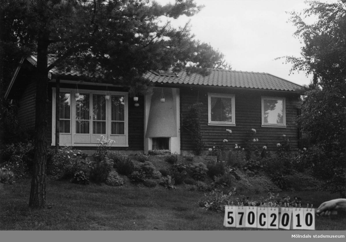 Byggnadsinventering i Lindome 1968. Dvärred 2:80. Hus nr: 570C2010. Benämning: fritidshus och redskapsbod. Kvalitet, fritidshus: mycket god. Kvalitet, redskapsbod: god. Material: trä. Tillfartsväg: framkomlig. Renhållning: soptömning.