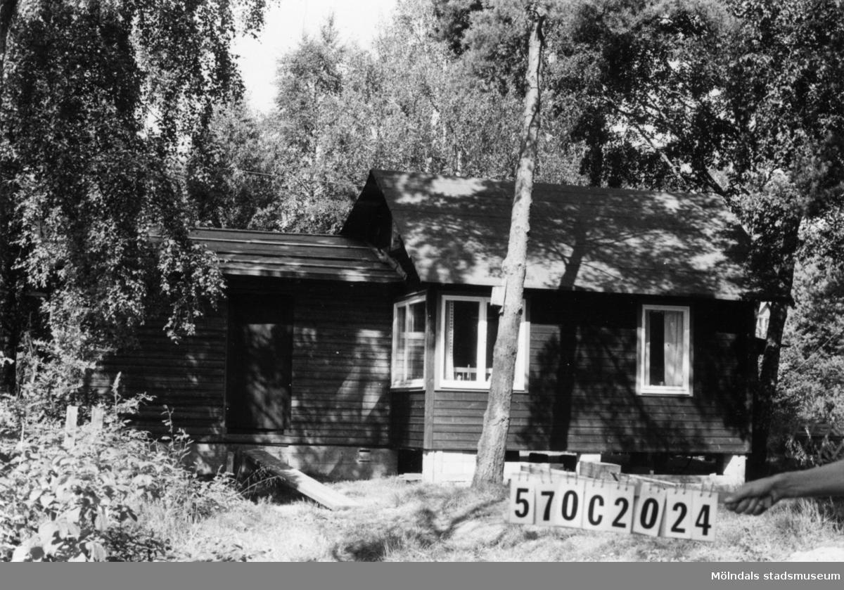 Byggnadsinventering i Lindome 1968. Dvärred 2:102. Hus nr: 570C2024. Benämning: fritidshus och gäststuga. Kvalitet: mycket god. Material: trä. Tillfartsväg: framkomlig. Renhållning: soptömning.