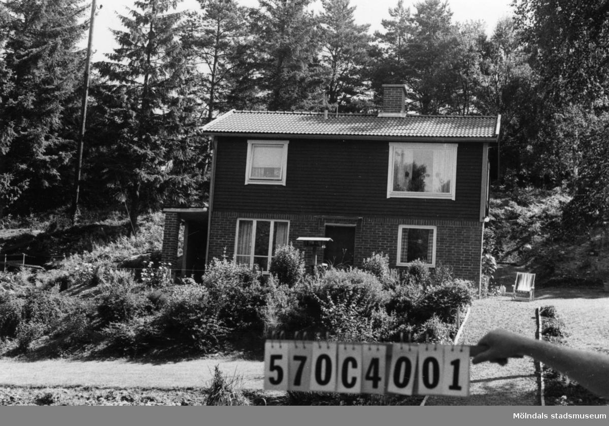 Byggnadsinventering i Lindome 1968. Dvärred 2:99. Hus nr: 570C4001. Benämning: permanent bostad och redskapsbod. Kvalitet, bostadshus: mycket god. Kvalitet, redskapsbod: mindre god. Material, bostadshus: rött tegel, trä. Material, redskapsbod: trä. Tillfartsväg: framkomlig. Renhållning: soptömning.
