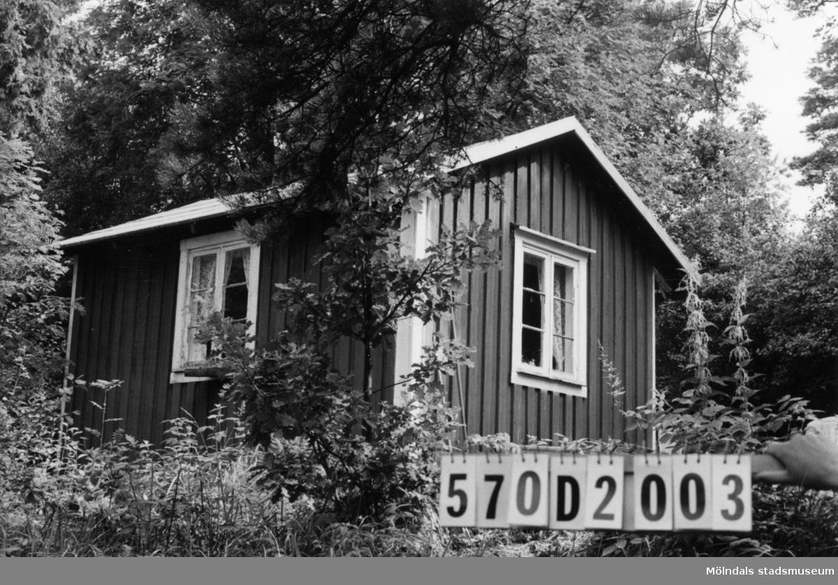 Byggnadsinventering i Lindome 1968. Annestorp 1:17. Hus nr: 570D2003, t. 570D2001. Benämning: fritidshus och redskapsbod. Kvalitet: mindre god. Material: trä. Tillfartsväg: ej framkomlig.