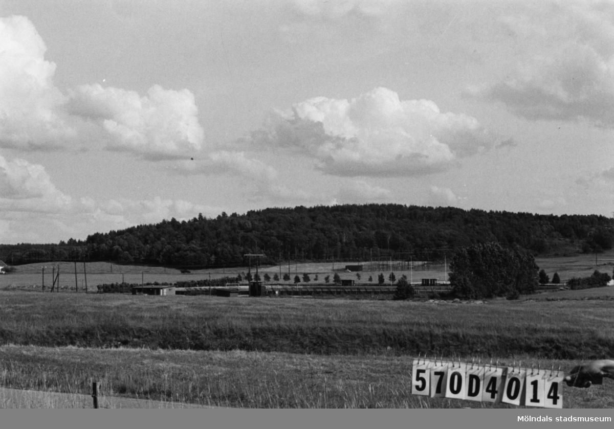 Byggnadsinventering i Lindome 1968. Sinntorp. Hus nr: 570D4014. Benämning: idrottsplats och fem skjul. Kvalitet: god, mindre god. Material: trä. Tillfartsväg: framkomlig.