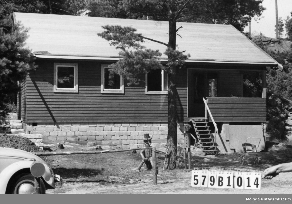 Byggnadsinventering i Lindome 1968. Lindome 6:89. Hus nr: 579B1014. Benämning: fritidshus, gäststuga och redskapsbod. Kvalitet, fritidshus: mycket god. Kvalitet, övriga: mindre god. Material: trä. Tillfartsväg: framkomlig. Renhållning: soptömning.