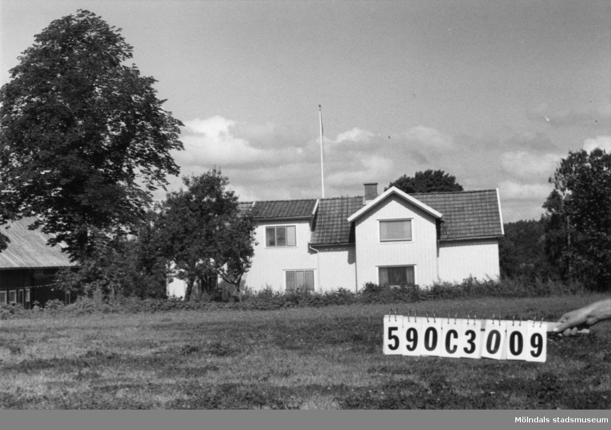 Byggnadsinventering i Lindome 1968. Torvmossared 1:3. Hus nr: 590C3009. Benämning: permanent bostad och två ladugårdar. Kvalitet: god. Material: trä. Övrigt: lekstuga. Lastbilvrak. Tillfartsväg: framkomlig.