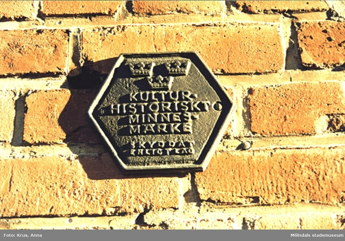"""Kängurun 18. Krokslätts fabriker. Skylt med texten """"Kulturhistoriskt minnesmärke. Skyddat enligt lag""""."""