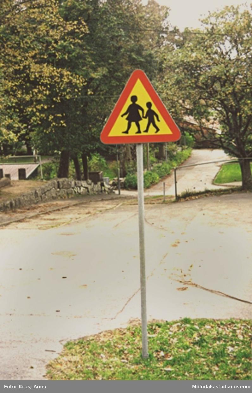Ett trafikmärke vid vägkanten i Lindome.