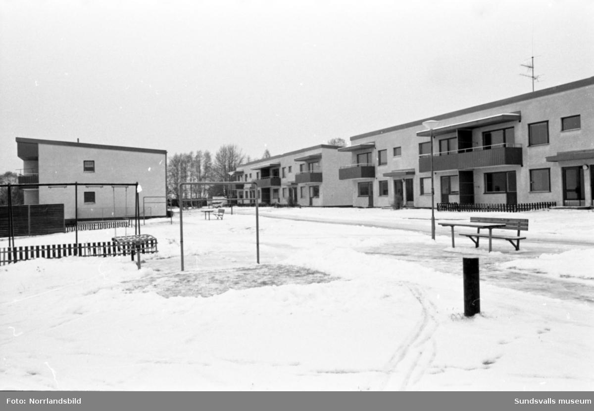 Hyreshus som blev skola vid Bäckgatan i Söråker. Bilder till ett reportage i Kommun-Aktuellt.