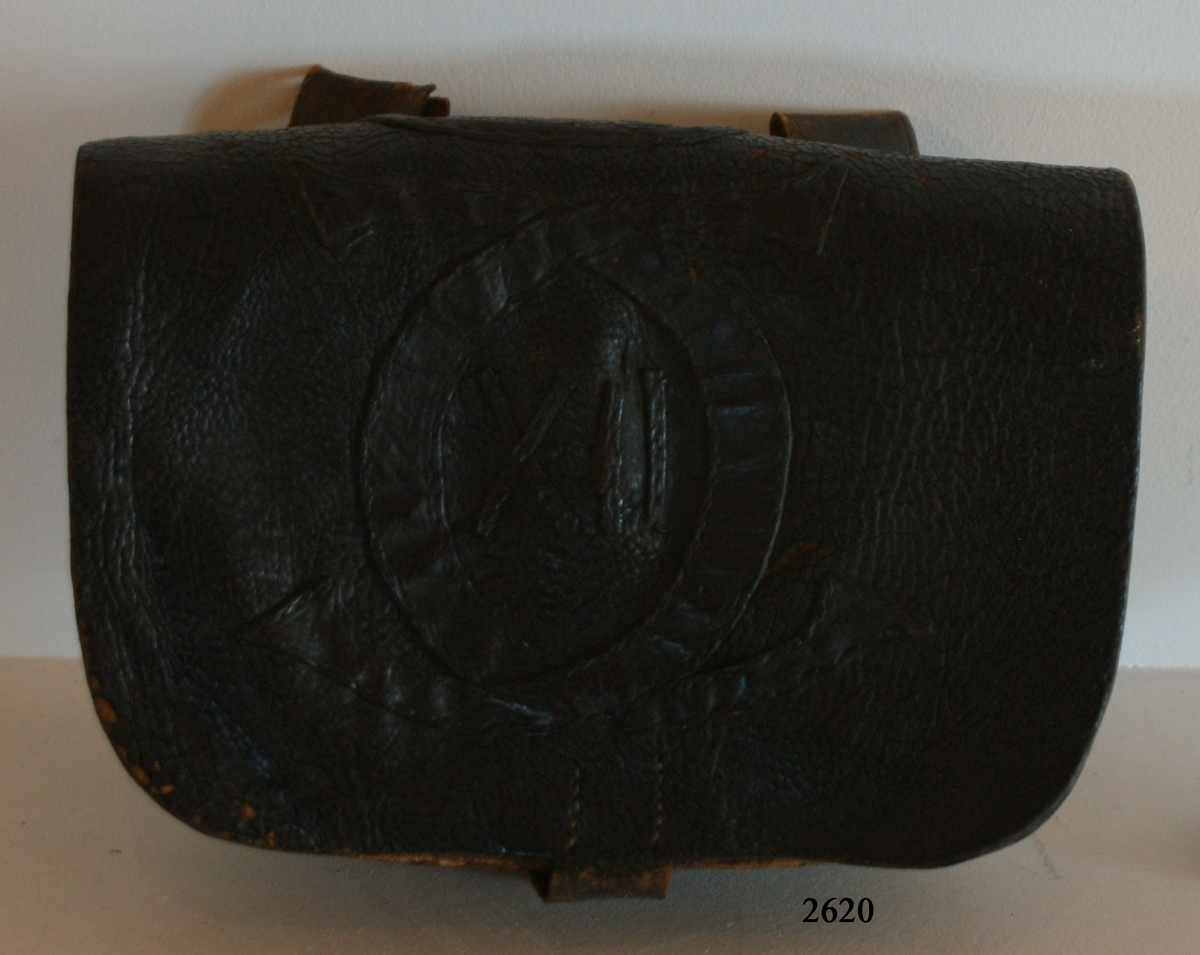 Patronväska med Carl XII:s namnchiffer, av svart läder.