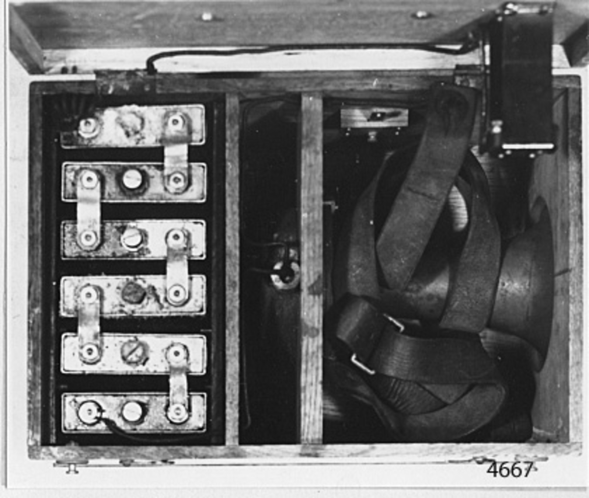 Salvsignalgivare med sex stycken Nifeelement inuti transpotabel låda av trä, fernissad. På undersidan av lådans lock kontakt för avgivare för signal från knapp på lockets översida. Inuti lådan finns bärrem av läder, brunt, samt fast på sidan kontaktfjäder till givaren. På lådans lock bärhandtag av mässing, förnicklad, på sidorna haspar av mässing till locket och fyra stycken knappar av mässing för bärremen. Givaren märkt i vitt med Örnen.