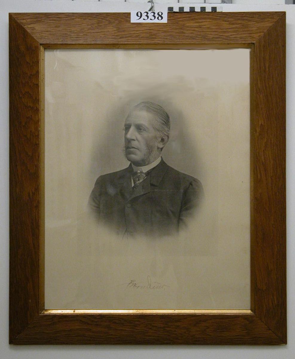 Fotografi inom glas och ram, trä, gulbrun, med förgylld innekant. Visar amiral F. W. von Otter år 1874-1880, civilklädd. Neg.nr A 761 1:15