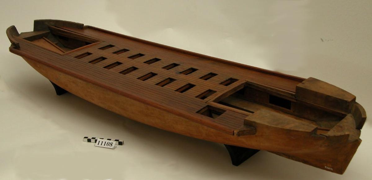 Modell av däckad kanonslup. Bestyckad av två kanoner, vilka saknas. Modellen är i skala 1:20.