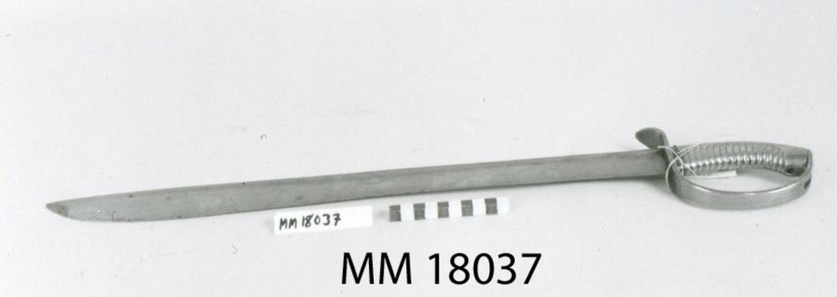 """Huggare m/1846 för skeppsgossekåren med eneggad klinga av stål, Hafströms konstruktion. Fäste helt i mässing med räfflad kavel och parerstång som övergår i handbygel. Märkt : """"1:C 86"""" instansat på parerstången, samt """"82"""" instansat på en liten rund mässingsbricka, fästad med mässingstråd runt kaveln."""