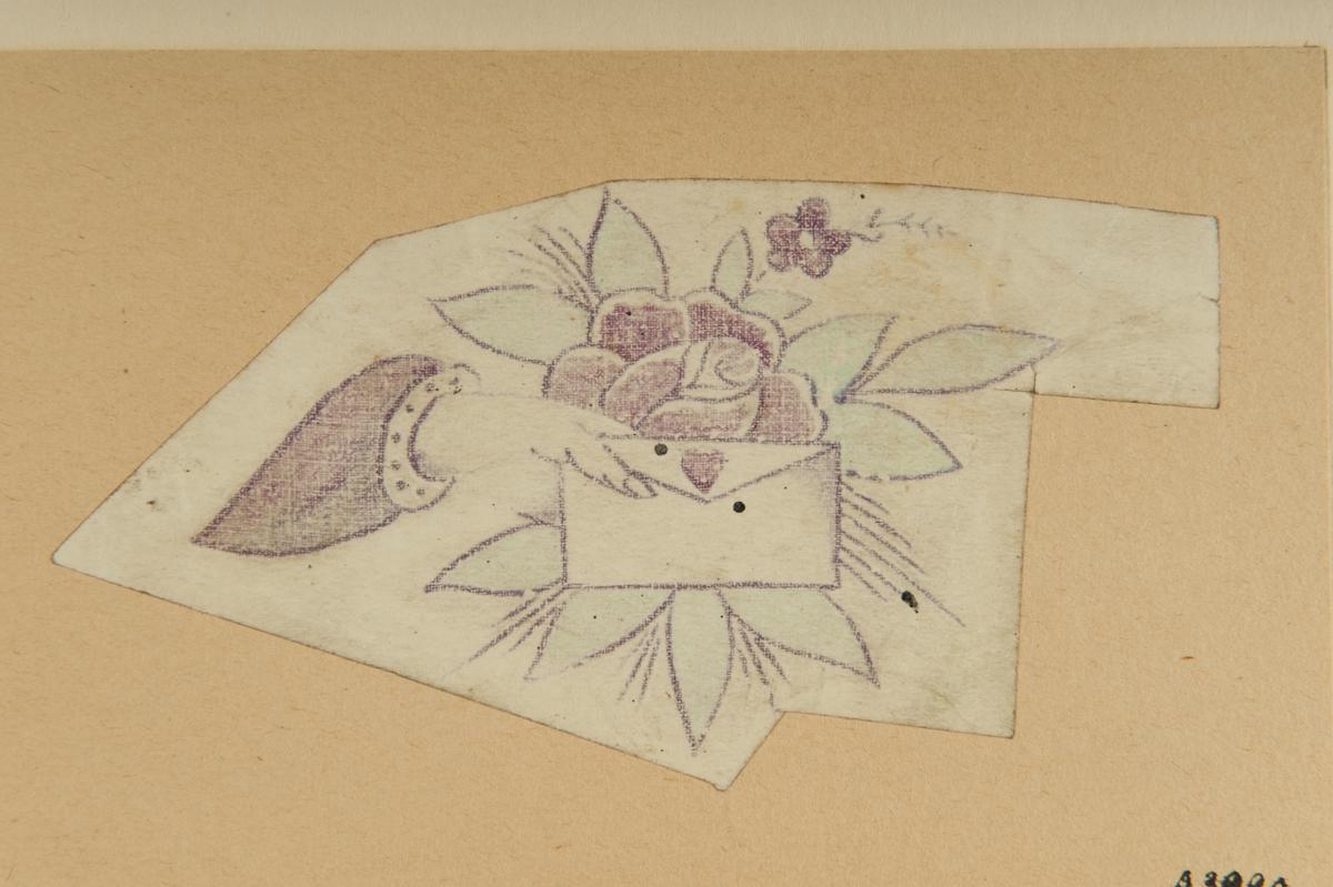 Tatueringsförlaga. En hand hållande i ett kuvert förseglat med ett hjärta. I bakgrunden en röd ros.
