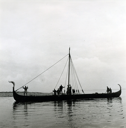 Imme Gram lägger iland vid Barsö. Imme Gram under segling i Lilla Bält.