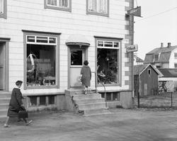 Iversens blomsterforretning i Torggata på Sortland ca. 1963