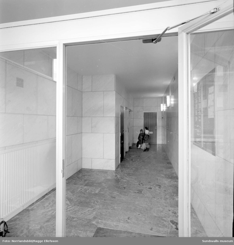 Höghuset och Konsum i Skönsberg, exteriör- och interiörbilder.