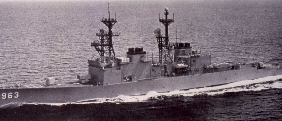Amerikansk fartøy av Sprunace - klassen som heter Spruance har nr. DD 963.