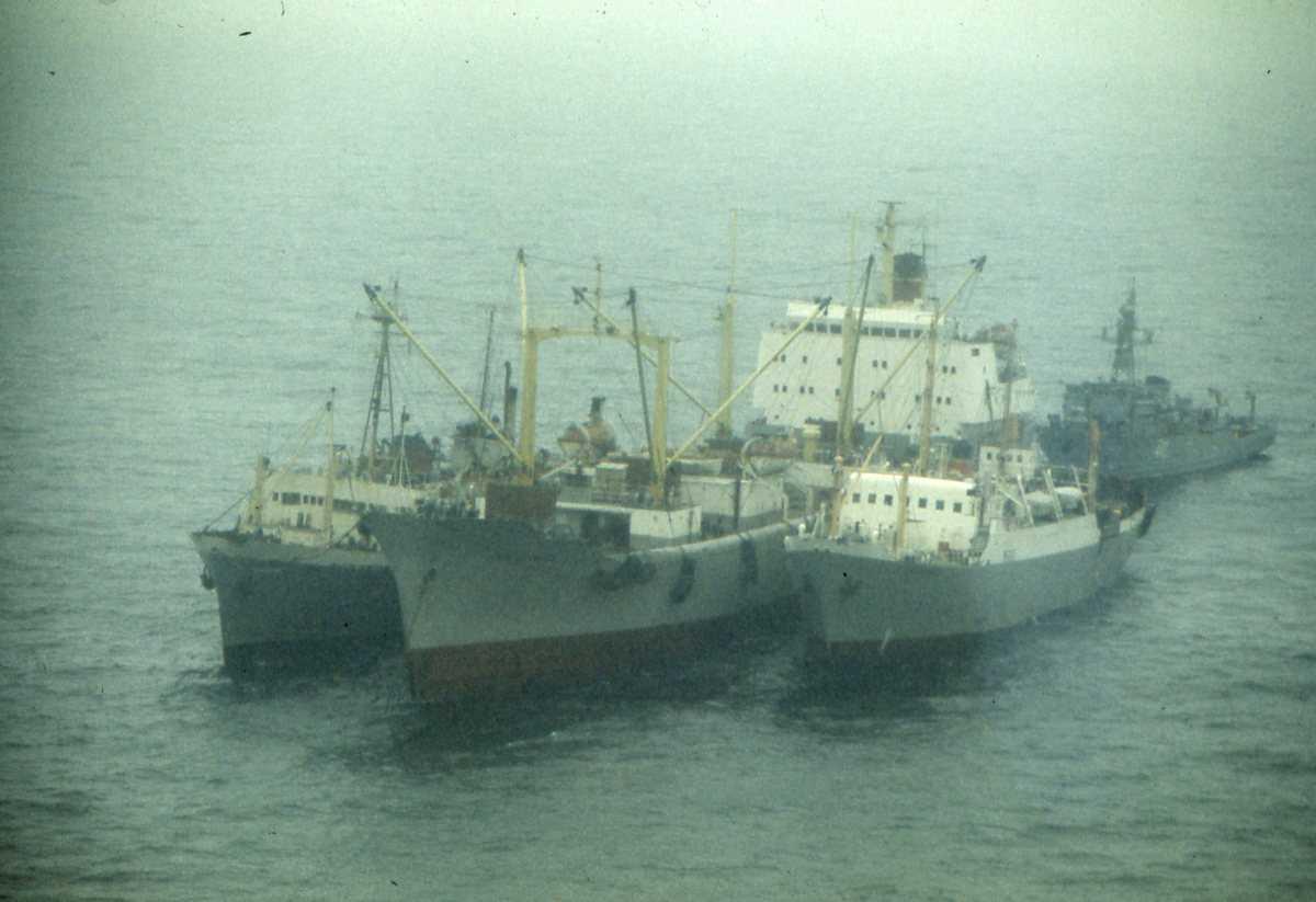 Russisk fartøy av Natya - klassen. I forgrunnen 3 stk russiske fiskebåter.