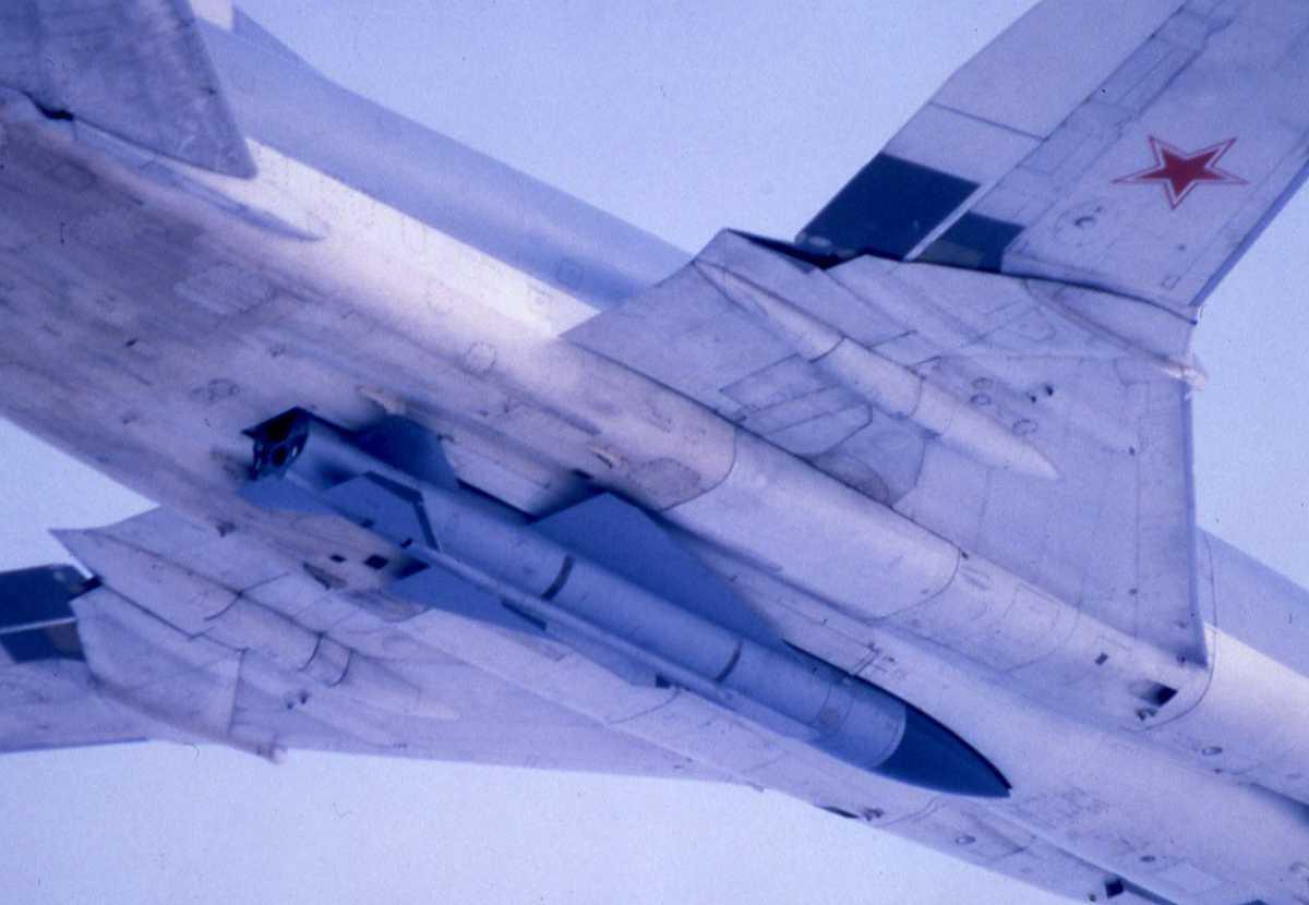 Russisk fly av typen Backfire B med et missile montert under. Flyet har nr. 76.