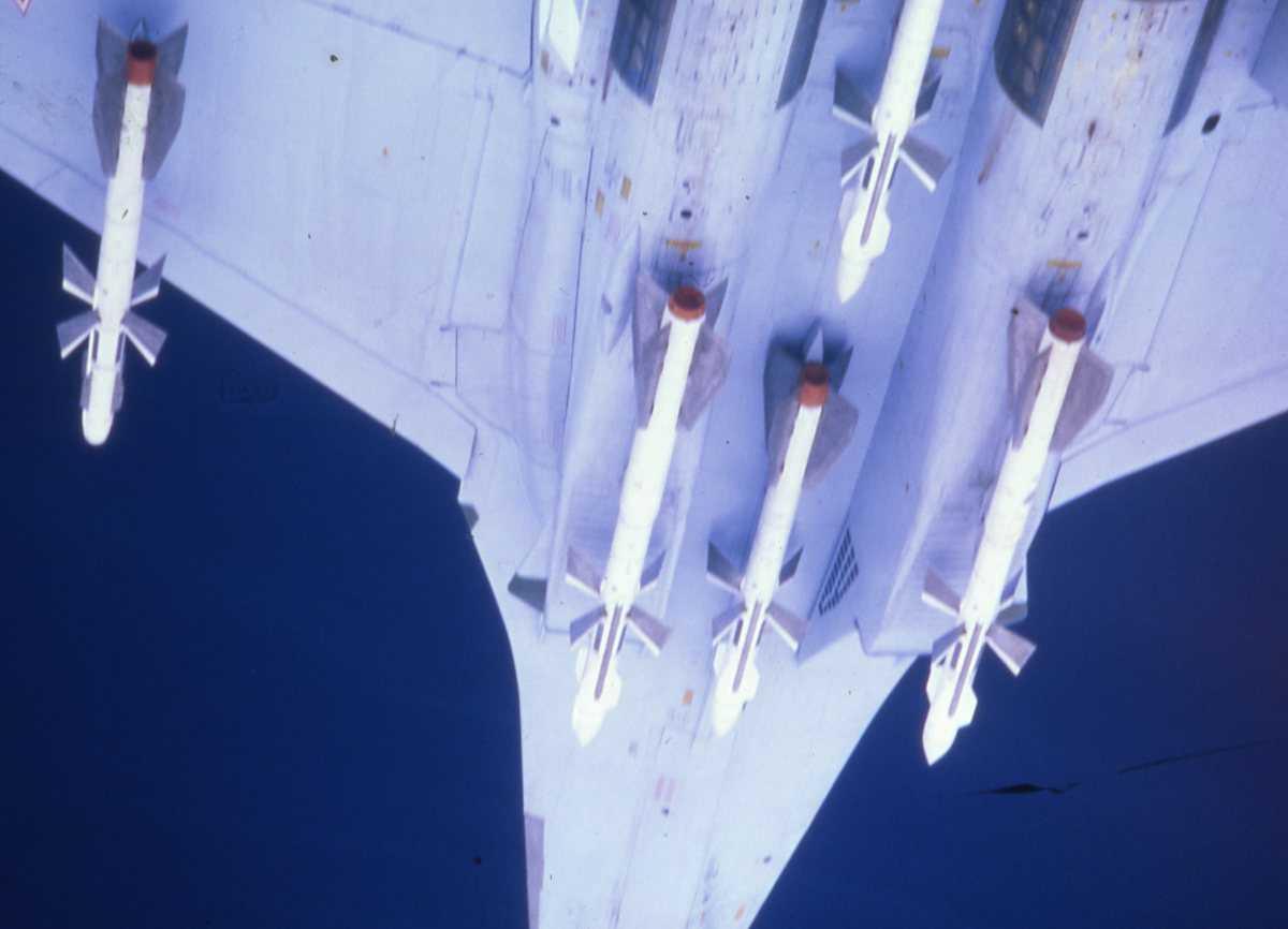 Russisk fly av typen Su-27 Flanker B. Bildet viser flyets underside med raketter.