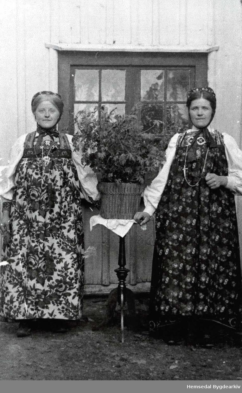 Frå venstre: Gunhild Jordheim, gift Nilsongard; Margit Jordheim, gift Embre.
