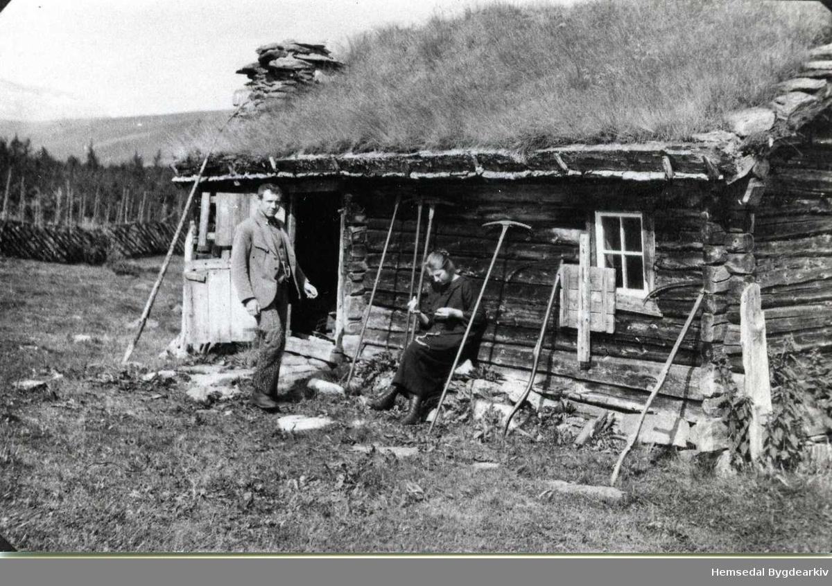 """Ola og Elise Rudvin framfor """"Køtet"""" i 1925."""
