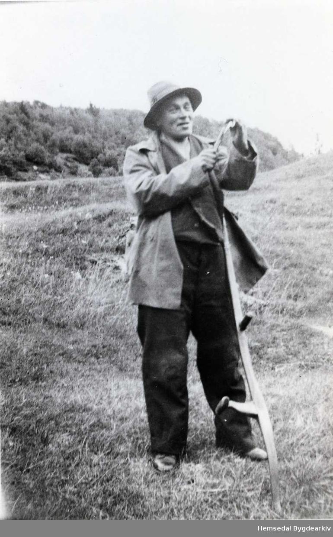 Ola O. Anderdal bryner ljåen - ein gong i tidsrommet 1940-1950