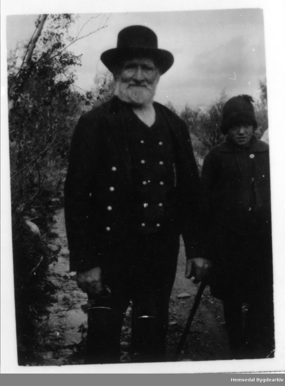 Gamle Jon Wøllo, fødd 1852 , frå Vøllo i Hemsedal, på Valdrestur - ein siste tur på kjende trakter der han hadde handla fé i sine yngre dagar. Biletet er teke ca. 1930.