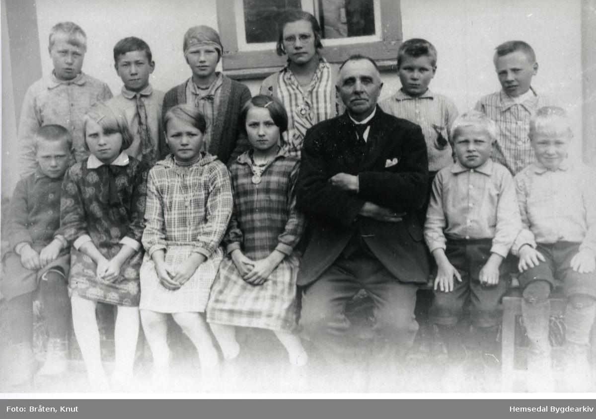 Fotografiet er frå Grøndalen skule i Hemsedal, ca. 1930 Fyrste rekke frå venstre: Oskar Fekene (Træet); Kari Haugen; Kari Ø. Grøndalen; Ingebjørg Grøndalen (nordre); lærar Otto Sletten; Trond Haugen, fødd 1922; Trond Dokken, fødd 1922;  Andre rekke frå venstre: Jakob Dokken; Ola Grøndalen (nordigarden);  ?? Tendberg, budde hjå Lars Hjelmen; Kari Fekene (Træet); Jon Grøndalen (sørpågarden); Ola P. Fekene (Træet).
