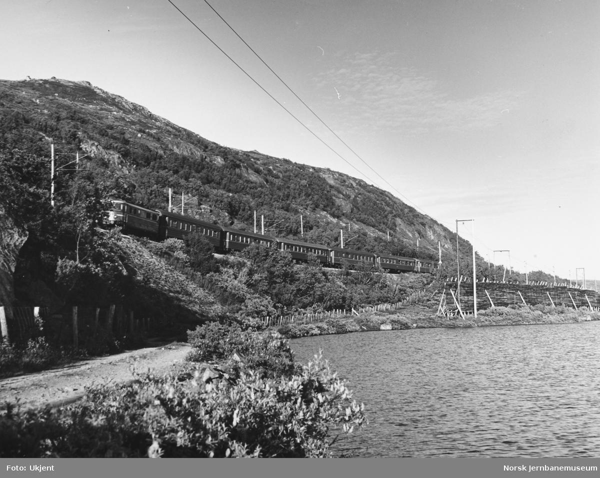 Elektrisk lokomotiv med persontog på Bergensbanen - vest for Haugastøl