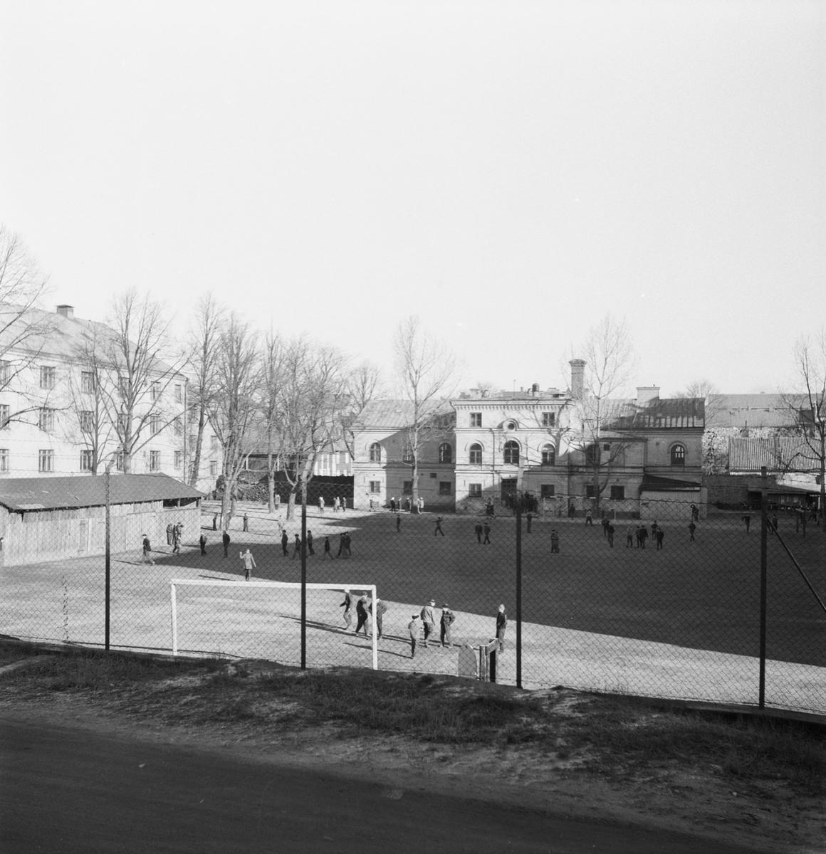 Övrigt: Fotodatum:10/4 1963. Byggnader och Kranar. Kasern Ankarstierna vy mot Wasa skjulet.