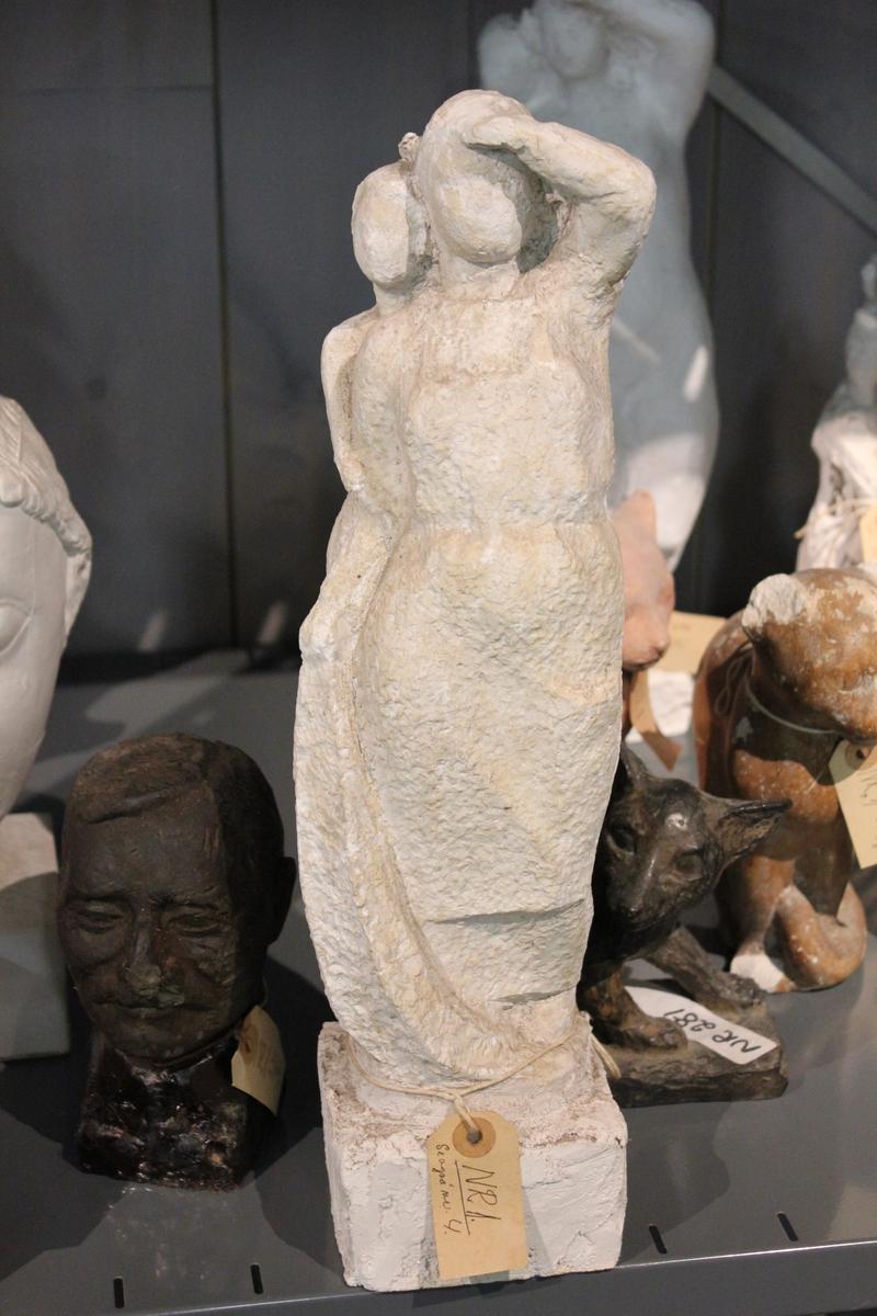 """Skulptur i gips. Tittel: """"MOR OG BARN"""" fra 1954. Variasjon av nr.004"""