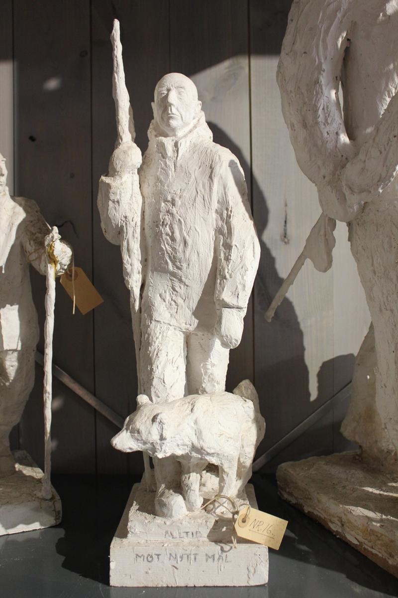 """Skulptur i gips. Forarbeid til """"Roald Amundsen"""". Motto: """"Alltid mot nye mål."""