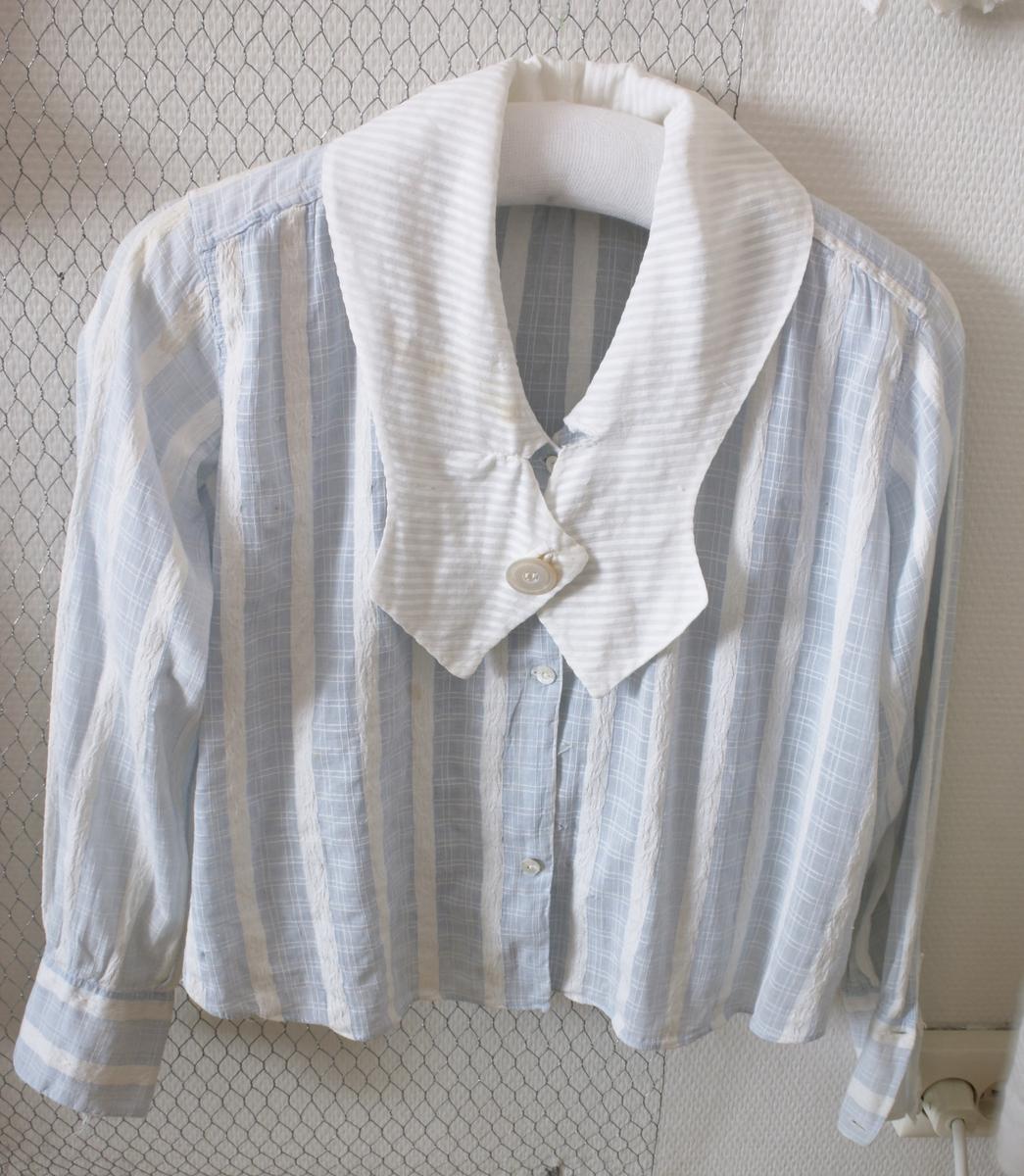 Blå og hvitstripet bluse med lange arme og stor hvit krage.