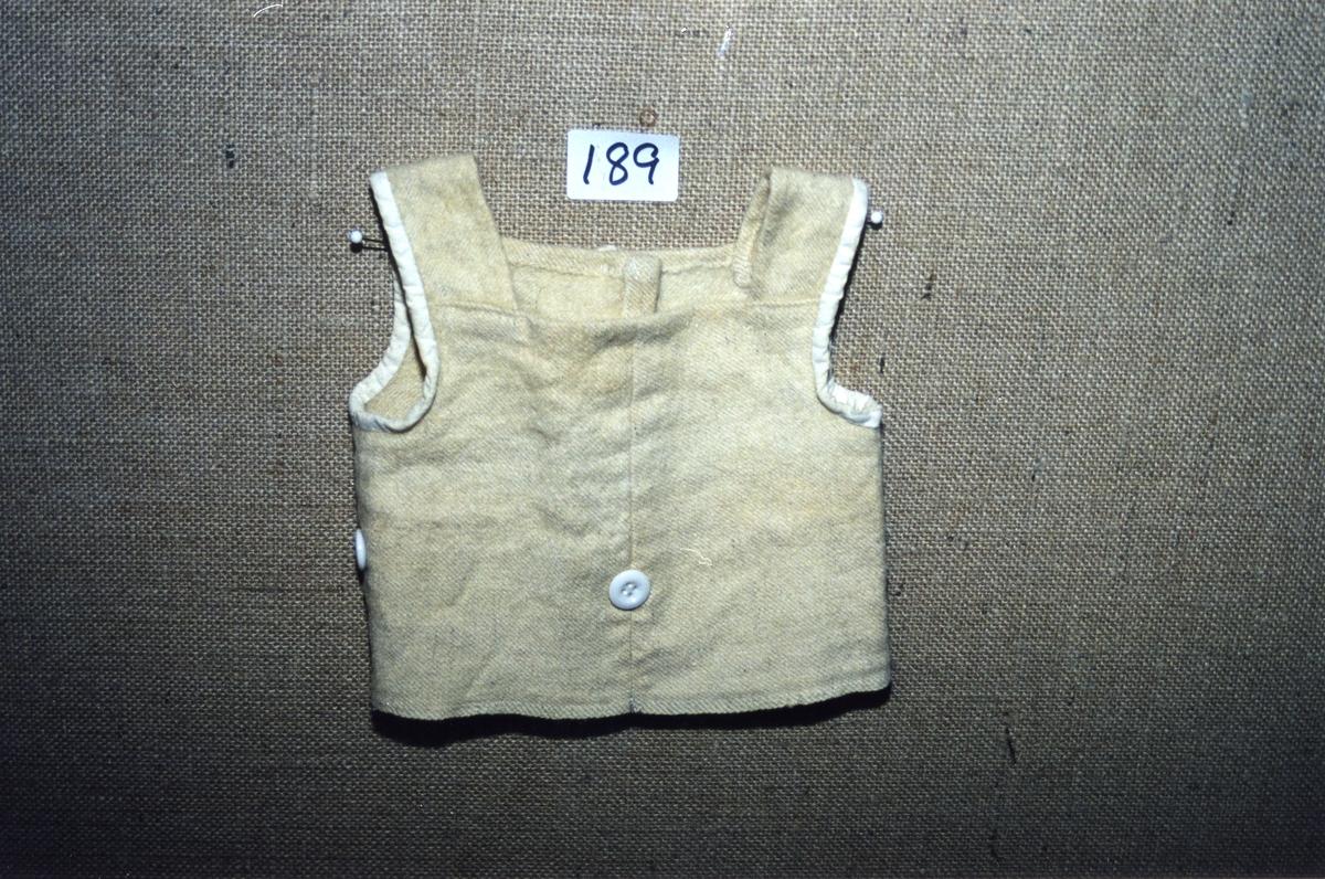 H. mn. foran 15,5 cm, under armen 11 cm, vidde nedre 48,5 cm.