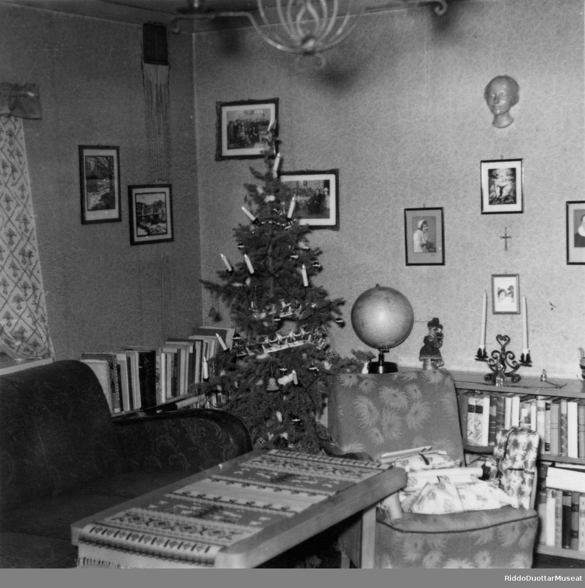 Stohpu, juovlamuorra duogábealde. Stue, med juletre i bakgrunnen.