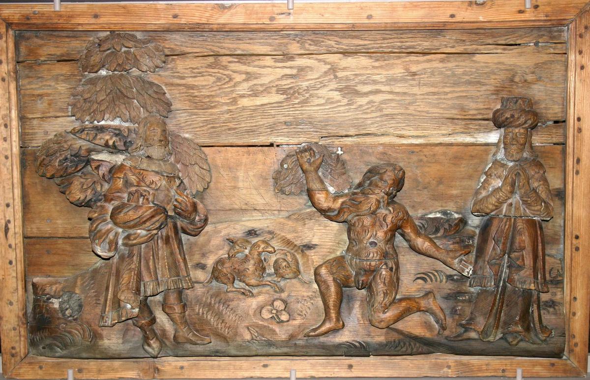Tre utskorne personar som antakeleg forestiller: Esau, Jacob og Isak.