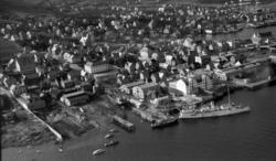 Flyfoto av Kaarbøs Mekaniske Verksted i Harstad før krigen.