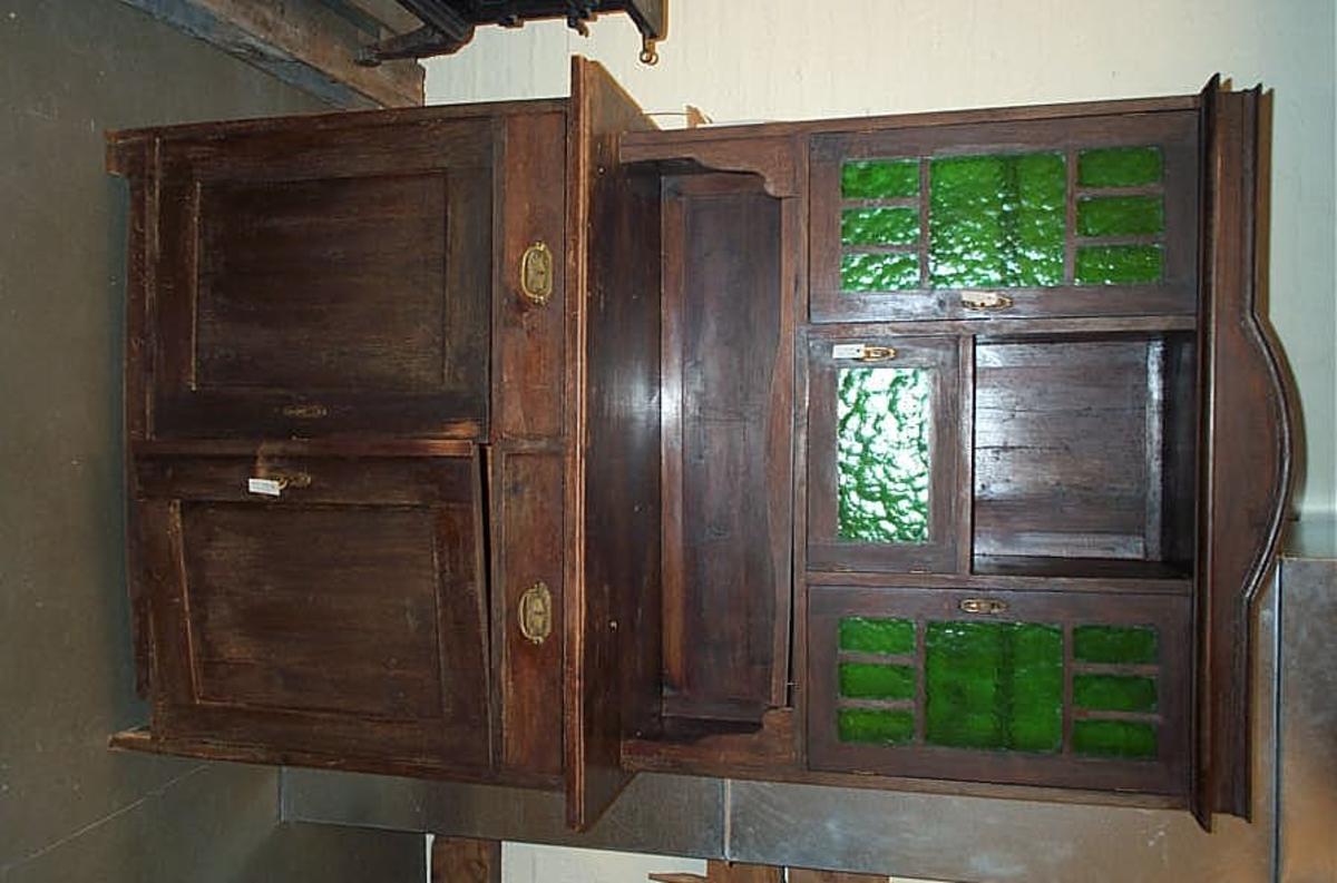 Form: Underskap og overskap  -  dørar i overskap har glasfyllingar