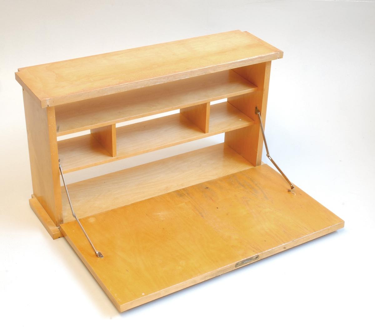 Bokhylle/2 hyller og skrivepult/skatoll for veggmontering. Skriveseksjonen har skriveplate til å felle ned/opp.